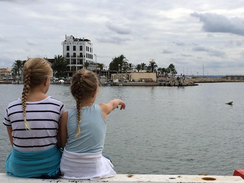 Portixol I Palma Med Barnen På Designhotell Turisternaturisterna